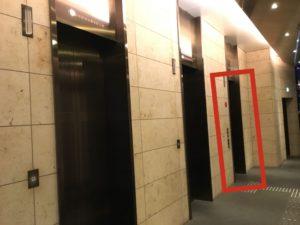 一番奥のエレベーターで会場の8Fにアクセスできます。【ご注意】手前の2つはアクセスできません。