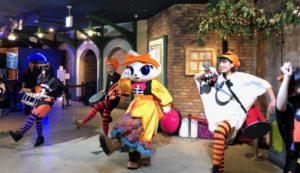 演奏しながら踊るナジャミーとパレードスタッフ