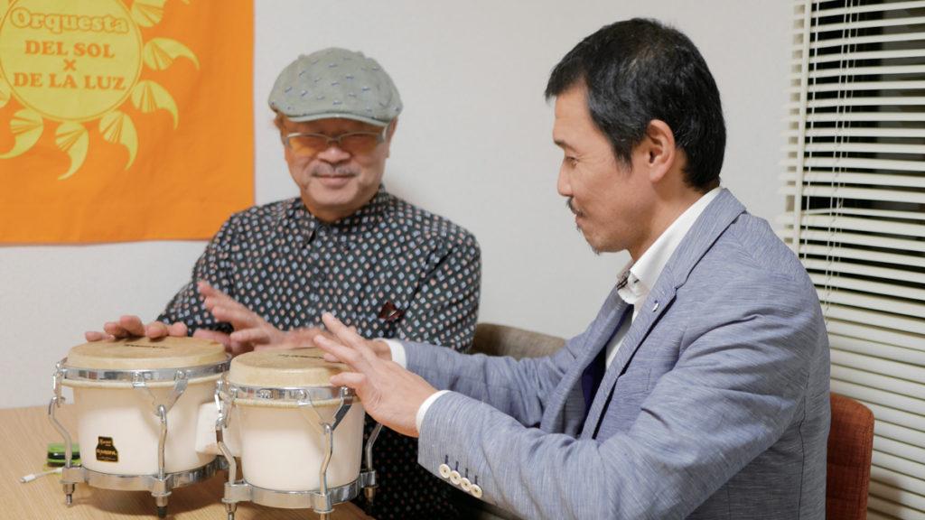 ボンゴでリズムを奏でるペッカー氏と健太郎