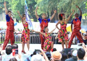 日比谷公園で大勢の観客の前でダンスショー
