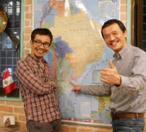 南米の地図の前に立つ長野教授